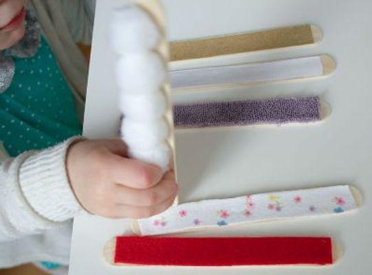 Activitate senzorială pentru copiii de 2 ani – bețișoare senzoriale